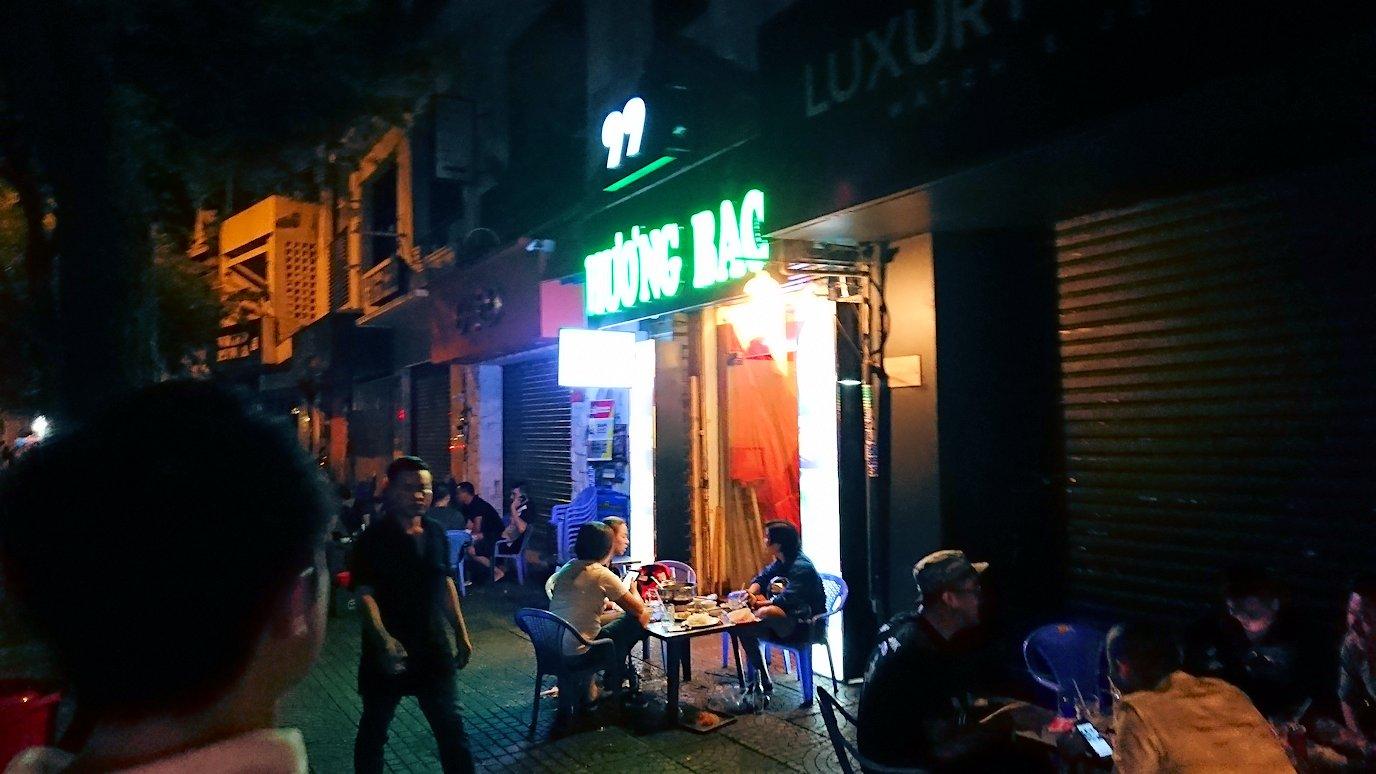 深夜のホーチミン市内で食べ物屋さんに入る