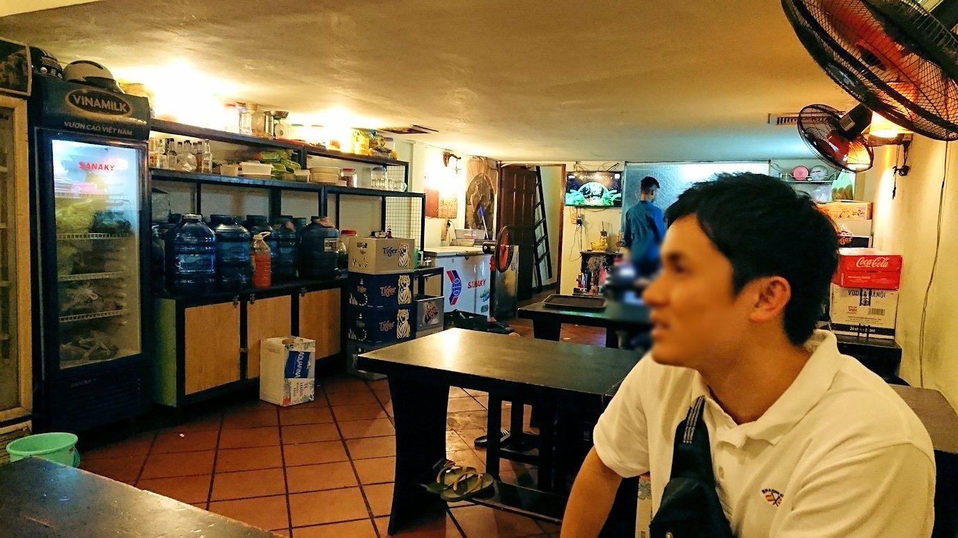 深夜のホーチミン市内で食べ物屋さんに入る4