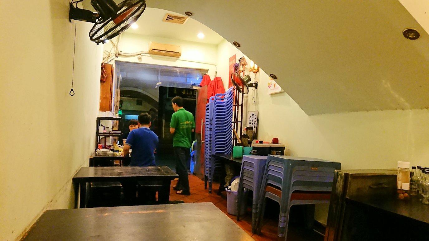 深夜のホーチミン市内で食べ物屋さんに入る6