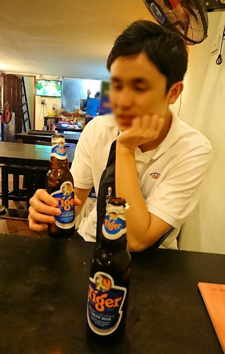 深夜のホーチミン市内で食べ物屋さんで飲むビール