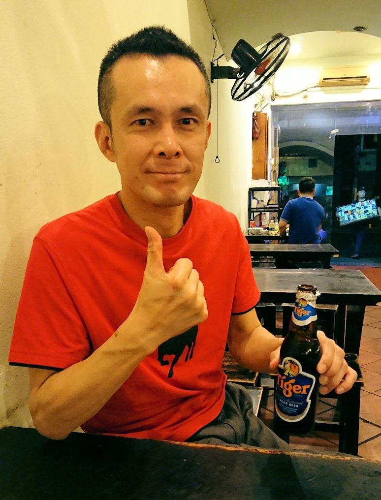 深夜のホーチミン市内で食べ物屋さんで飲むビール2