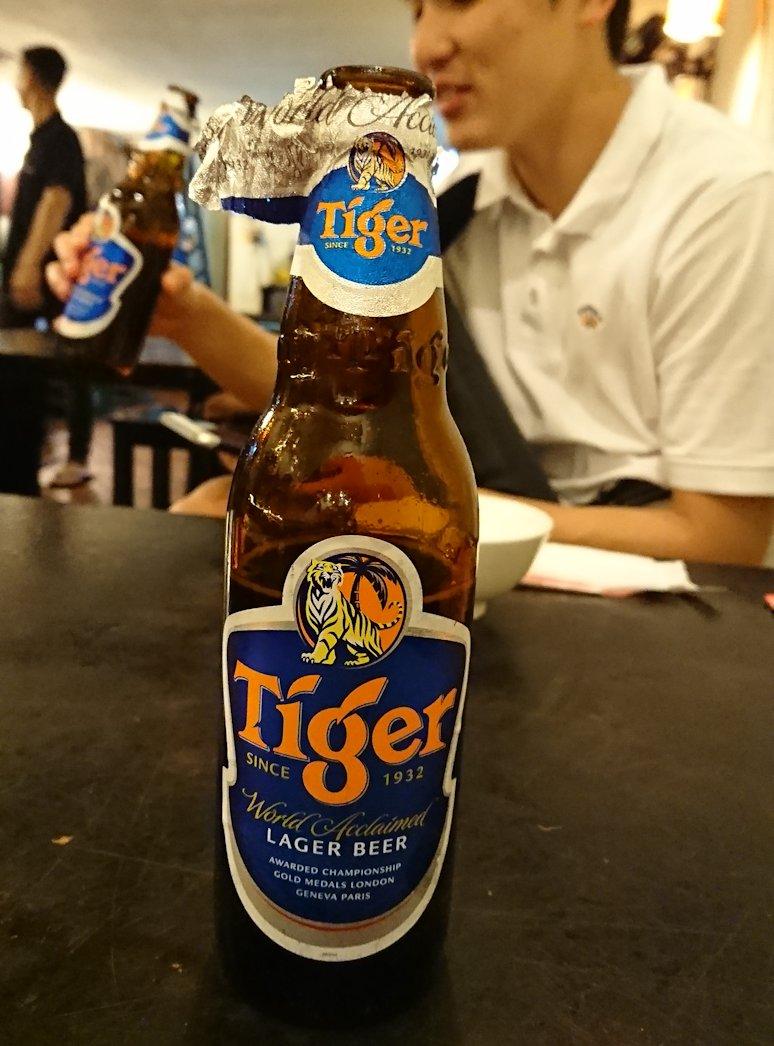 深夜のホーチミン市内で食べ物屋さんで飲むビール3