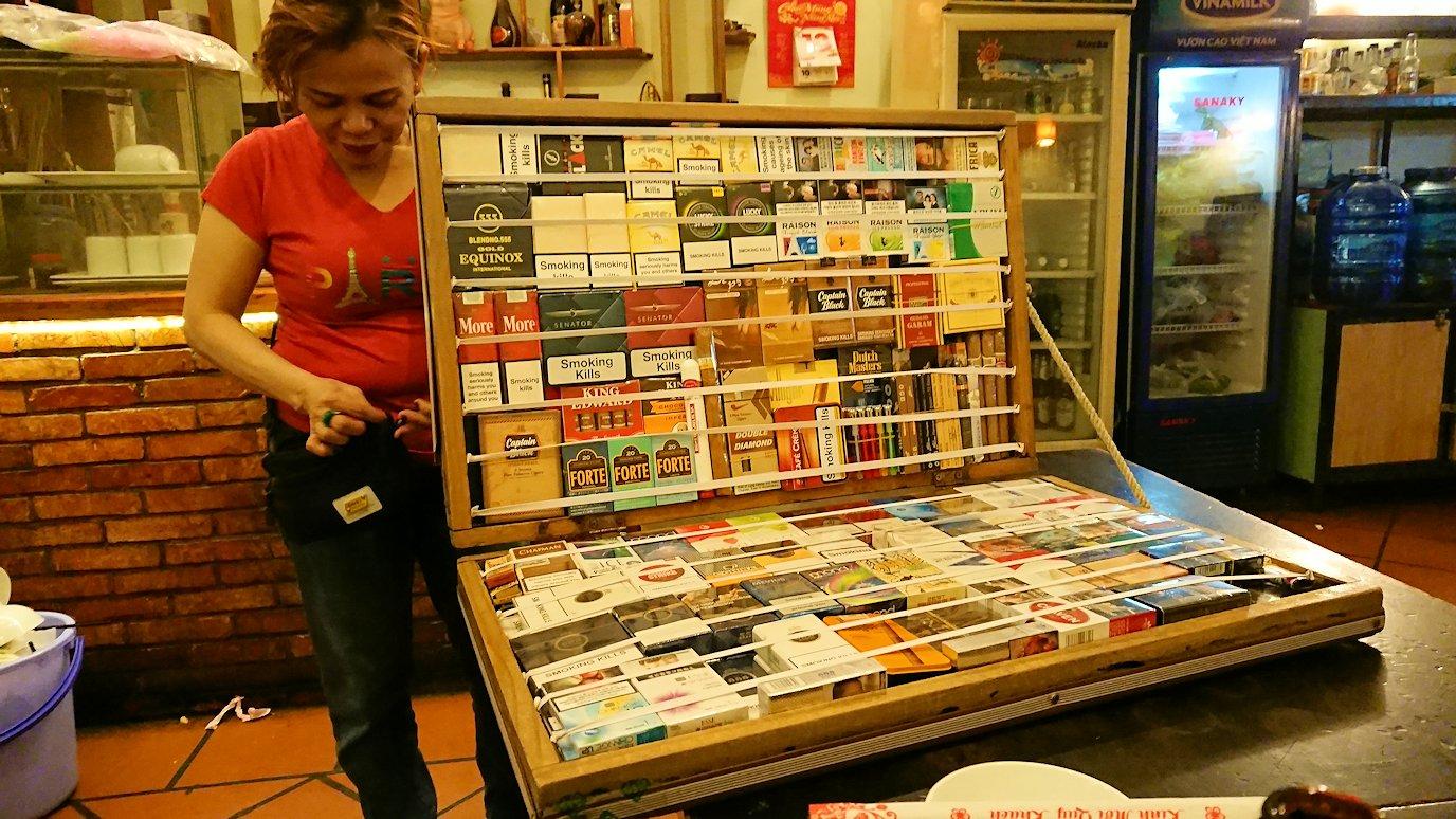 深夜のホーチミン市内で食べ物屋さんでタバコ売り子と遭遇