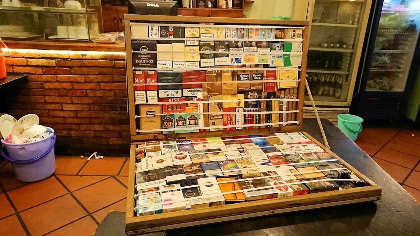 深夜のホーチミン市内で食べ物屋さんでタバコ売り子と遭遇2