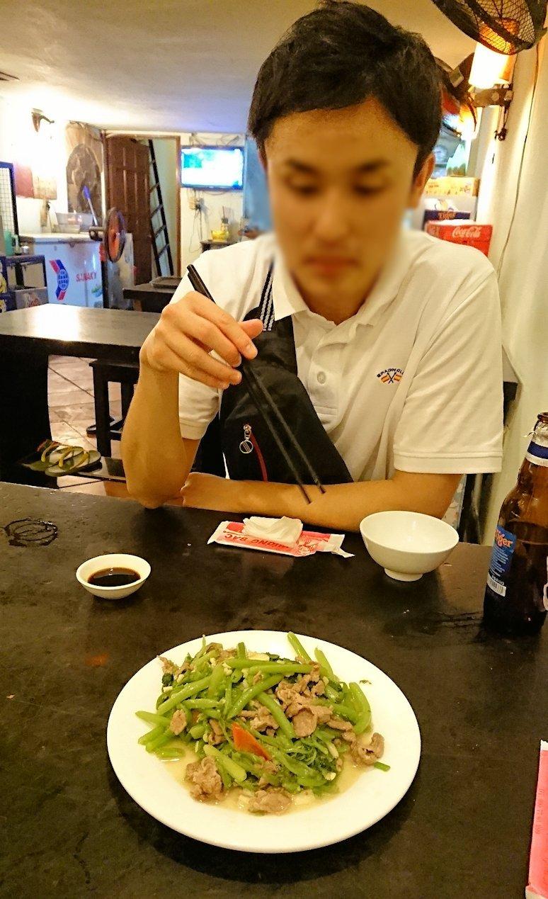深夜のホーチミン市内で食べ物屋さんで出てきた空芯菜を食べる