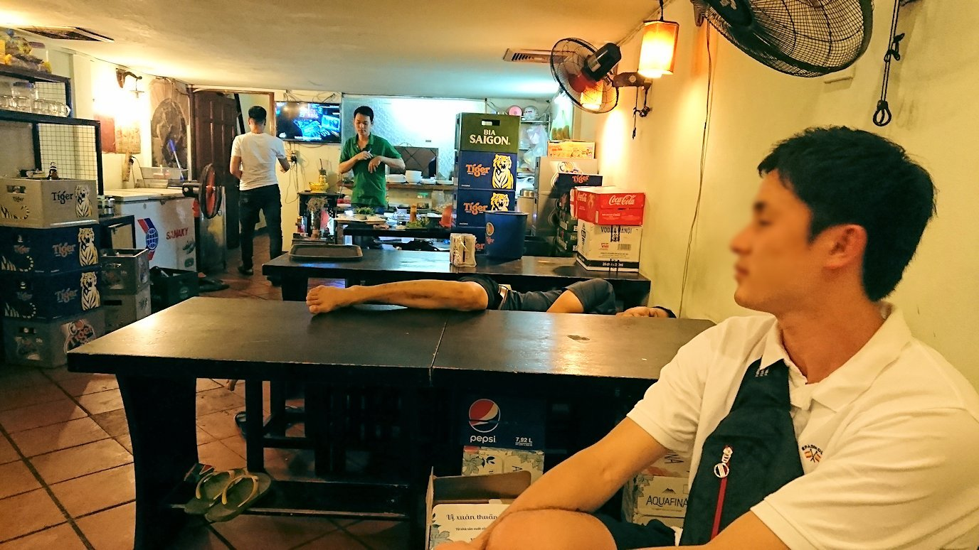 深夜のホーチミン市内で食べ物屋さんで寝ている店員