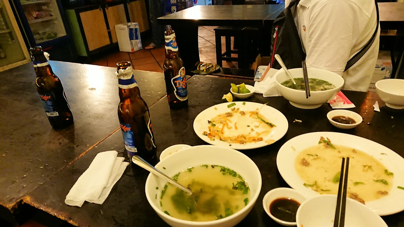 深夜のホーチミン市内で食べ物屋さんでビールのおかわり