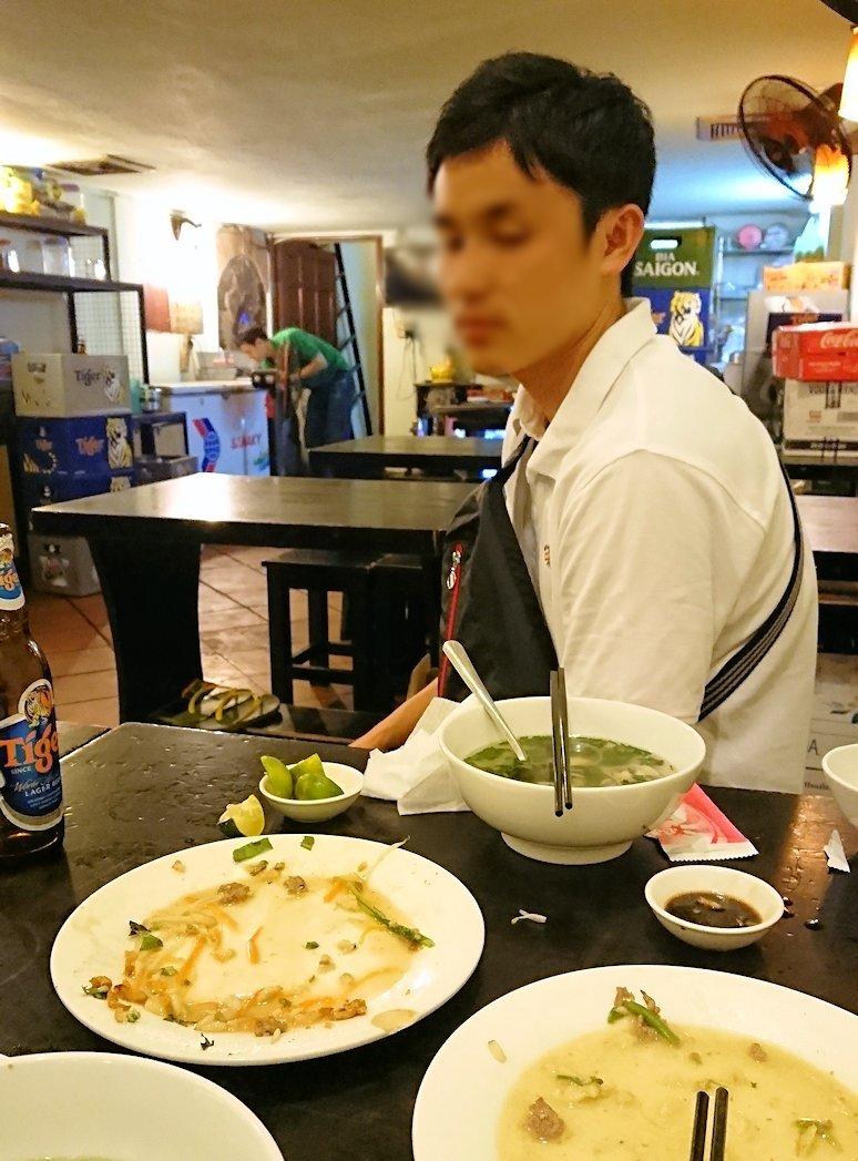 深夜のホーチミン市内で食べ物屋さんで満足した漢