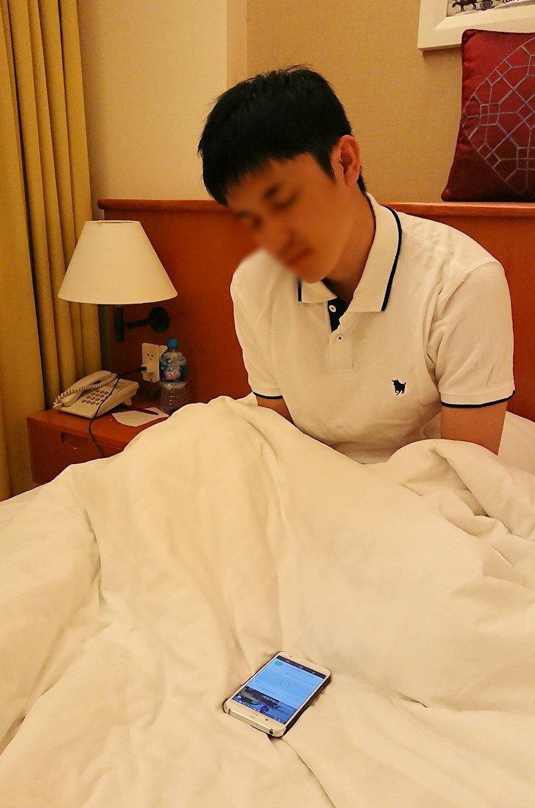 ホテルでウタタ寝する漢