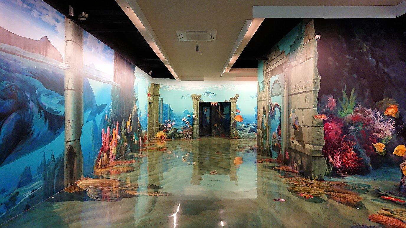 トリックアートミュージアム「アーティナス」を楽しむ2人組