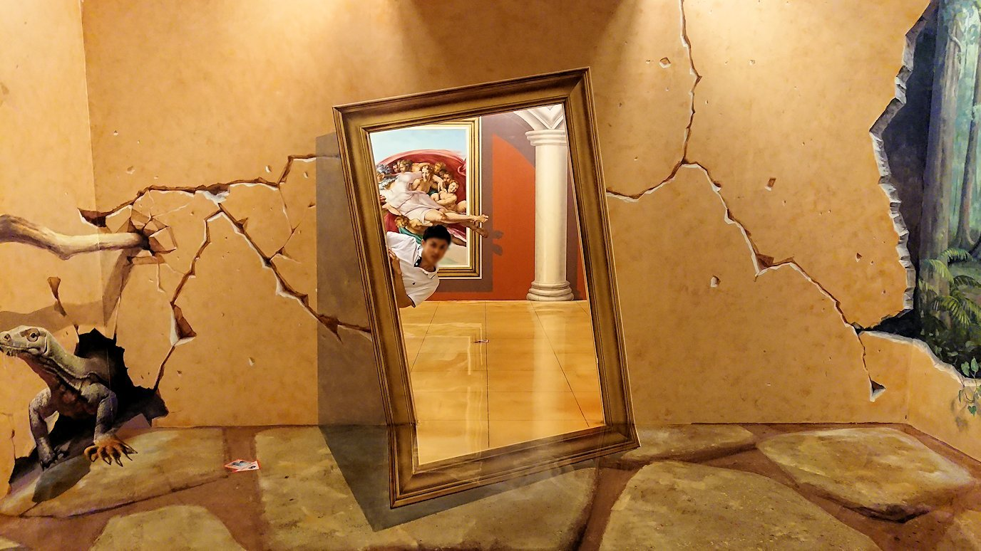 トリックアートミュージアム「アーティナス」で暴れる2人組3
