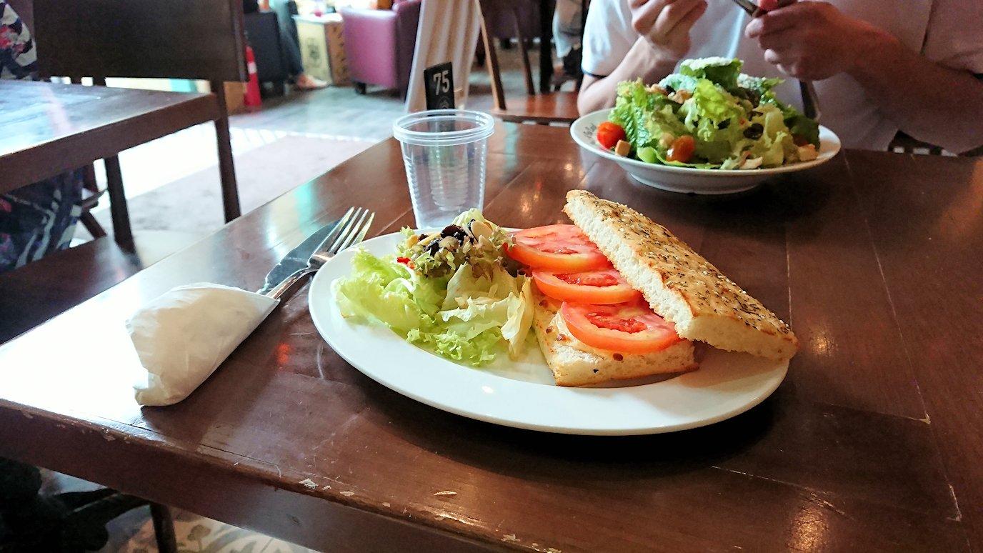 ホーチミン市内のカフェで昼食を食べることに