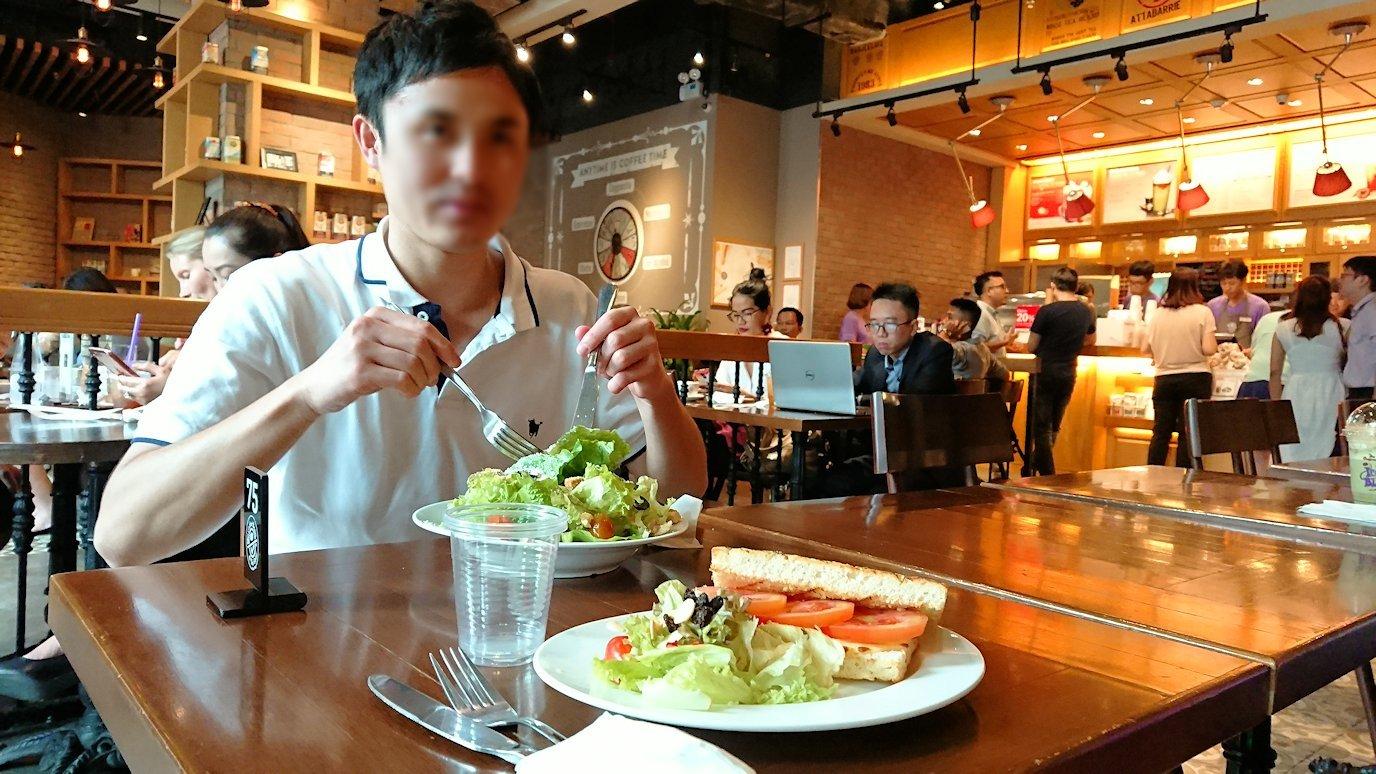 ホーチミン市内のカフェで昼食を食べることに3