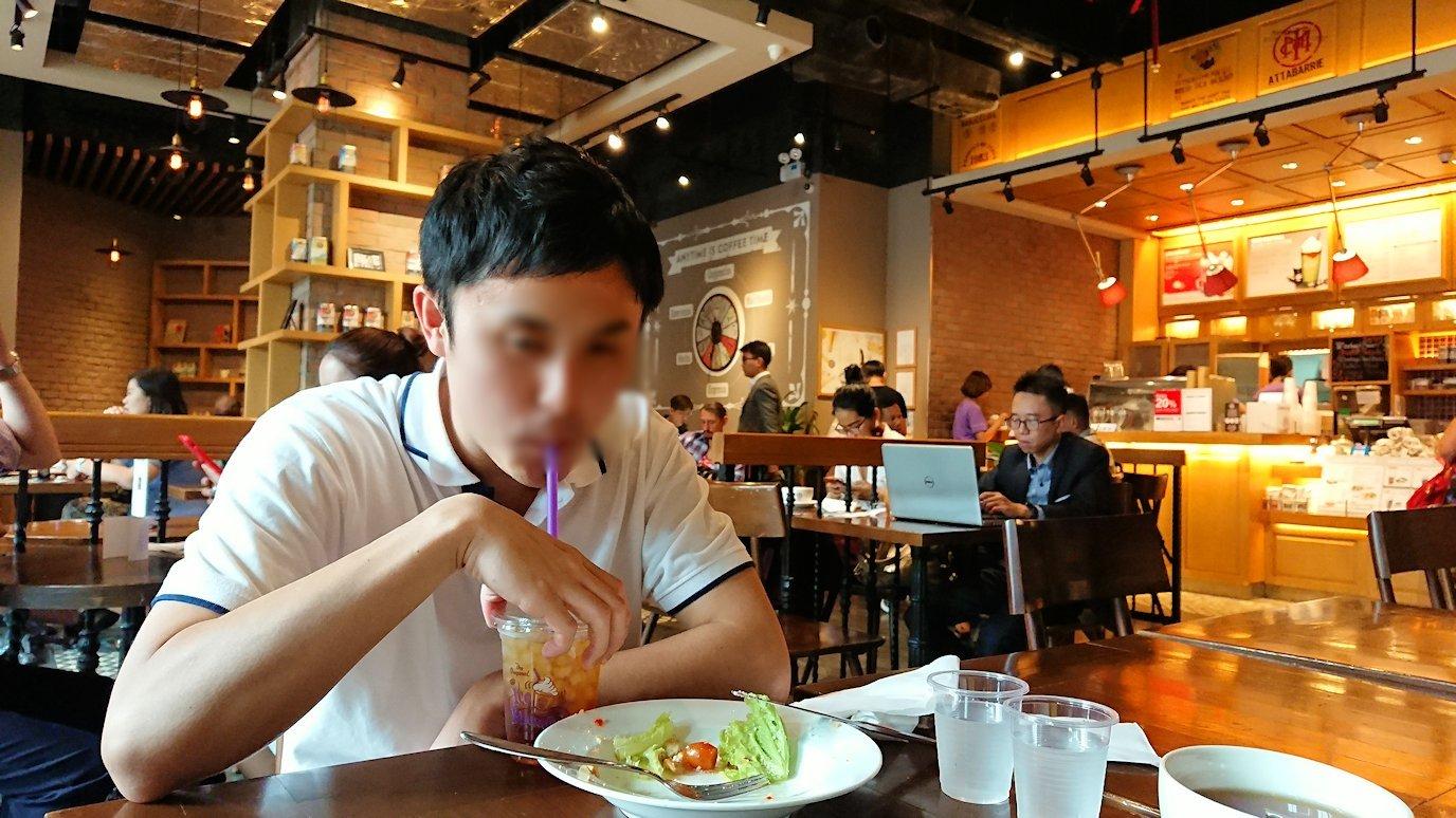 ホーチミン市内のカフェで昼食を食べることに8