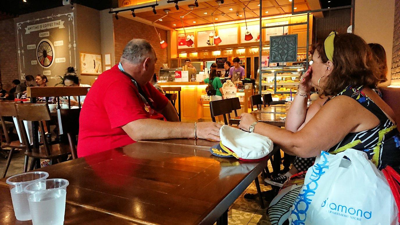 ホーチミン市内のカフェにて