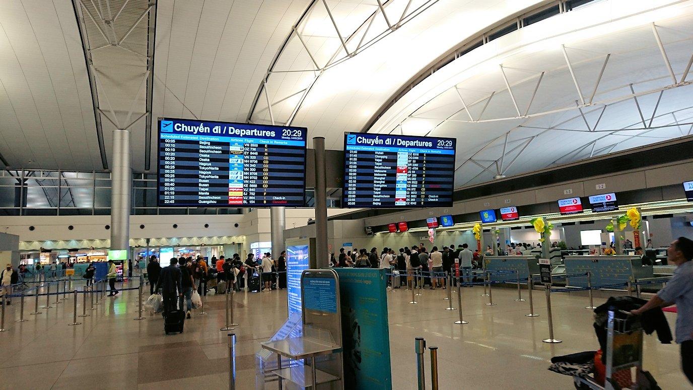 タンソンニャット国際空港の中に入る