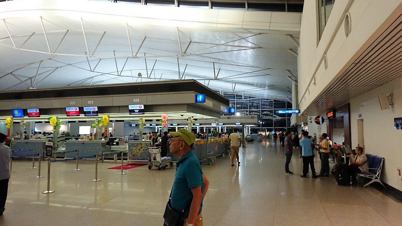 タンソンニャット国際空港の中に入る2