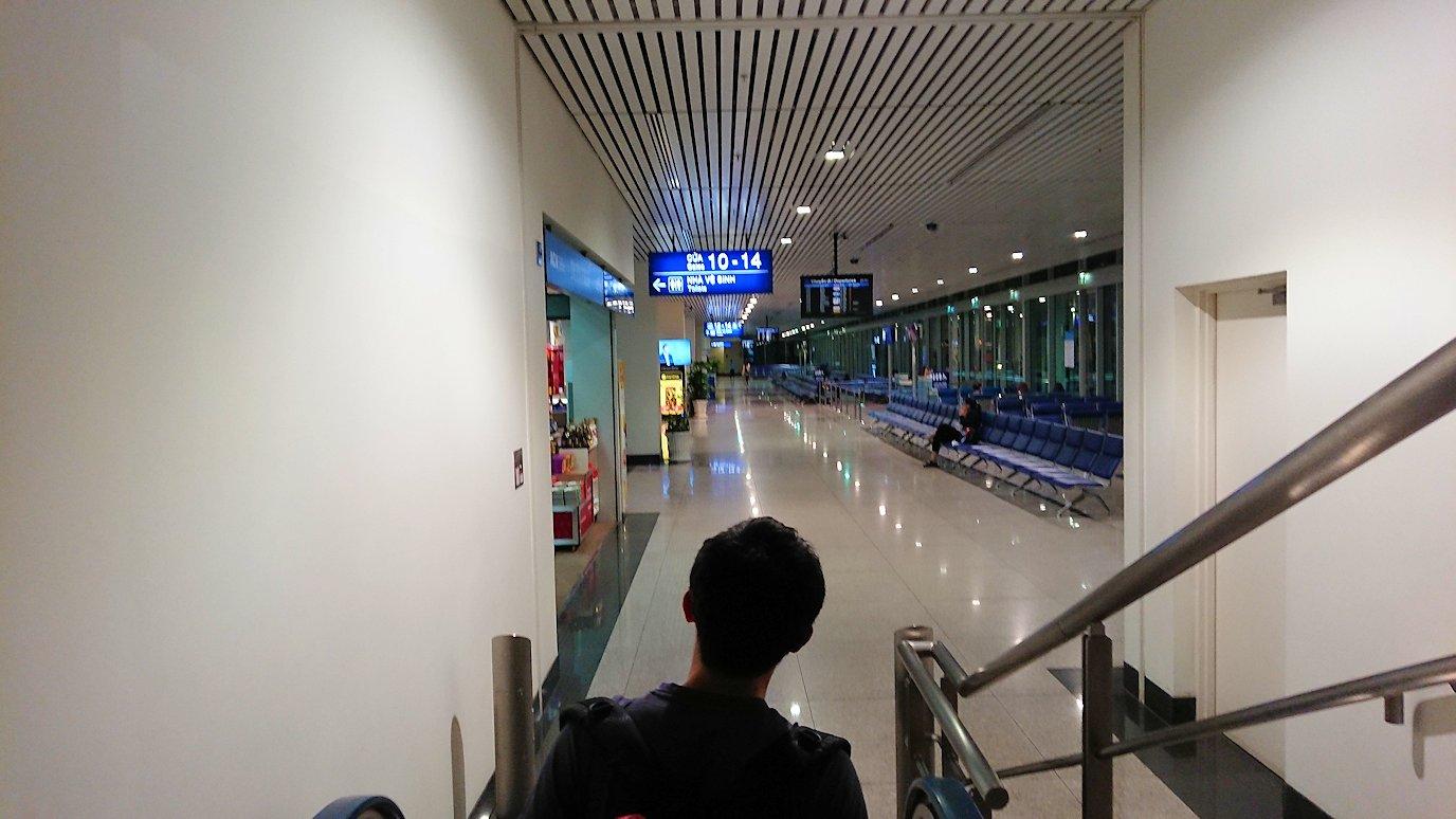 タンソンニャット国際空港でやっとベトジェットエアにチェックインしターミナル内に入る5
