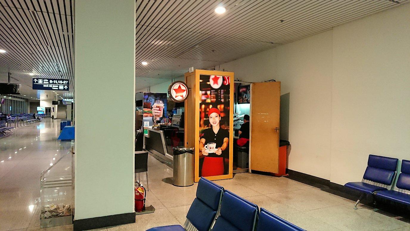 タンソンニャット国際空港の搭乗ゲート付近で待機中