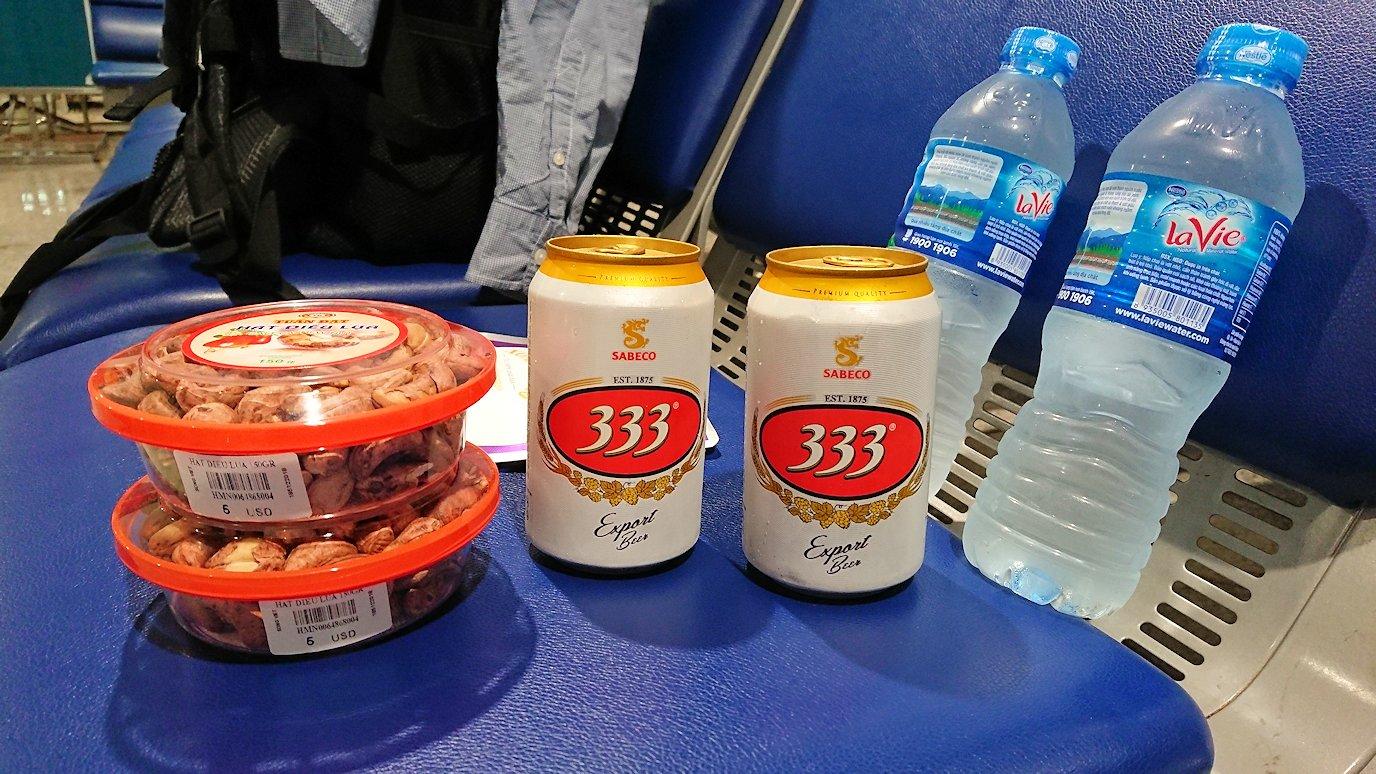 タンソンニャット国際空港の搭乗ゲート付近で最後のビールを飲む