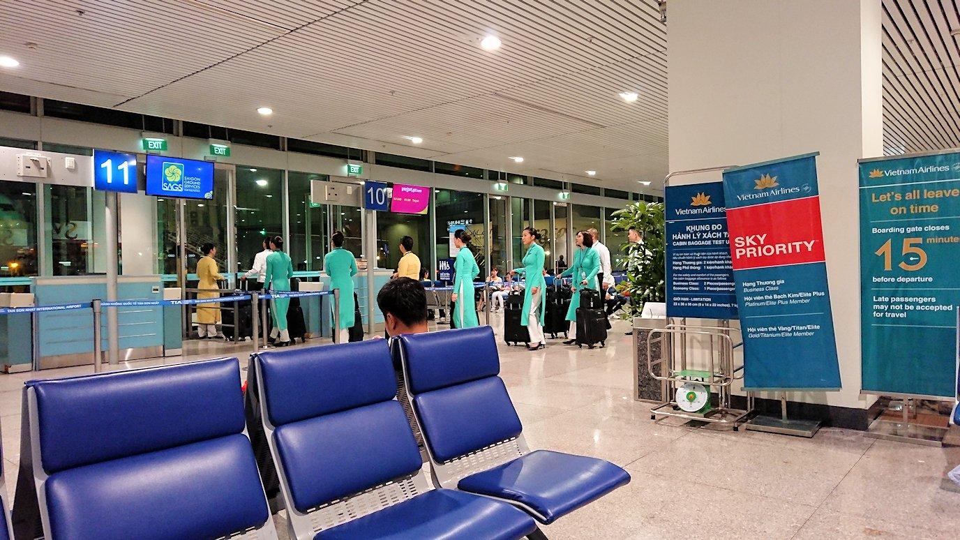タンソンニャット国際空港の搭乗ゲート付近で見かけたアオザイ美女2