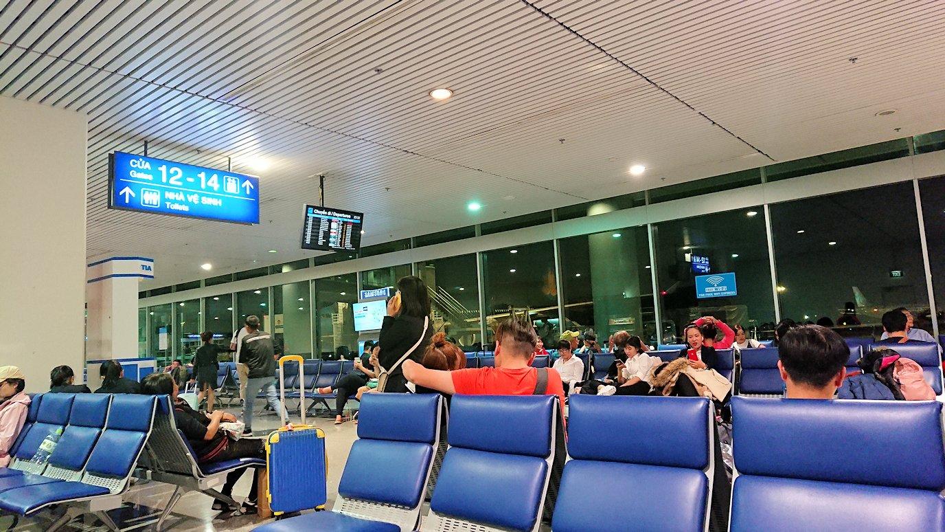 タンソンニャット国際空港の搭乗ゲート付近で見かけたアオザイ美女3