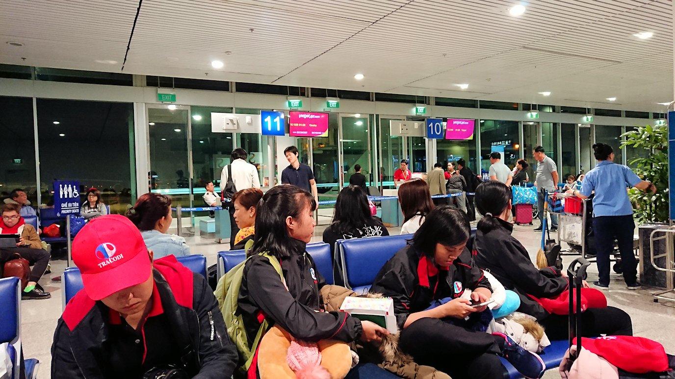 タンソンニャット国際空港の搭乗ゲート付近で