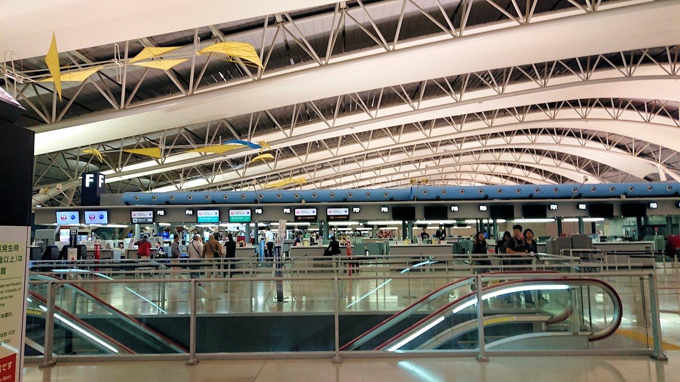 関西国際空港に到着し、搭乗手続きを行う