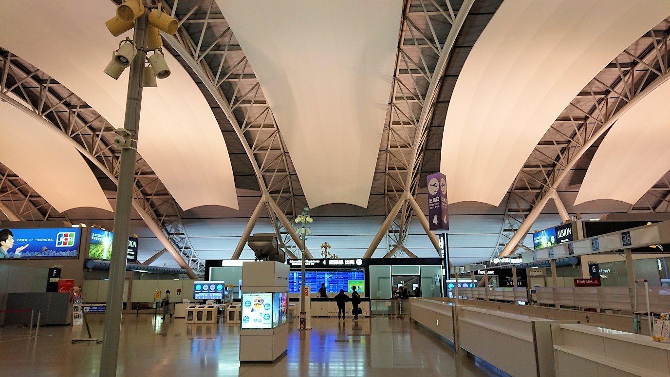 関西国際空港に到着し、搭乗手続きを行う2