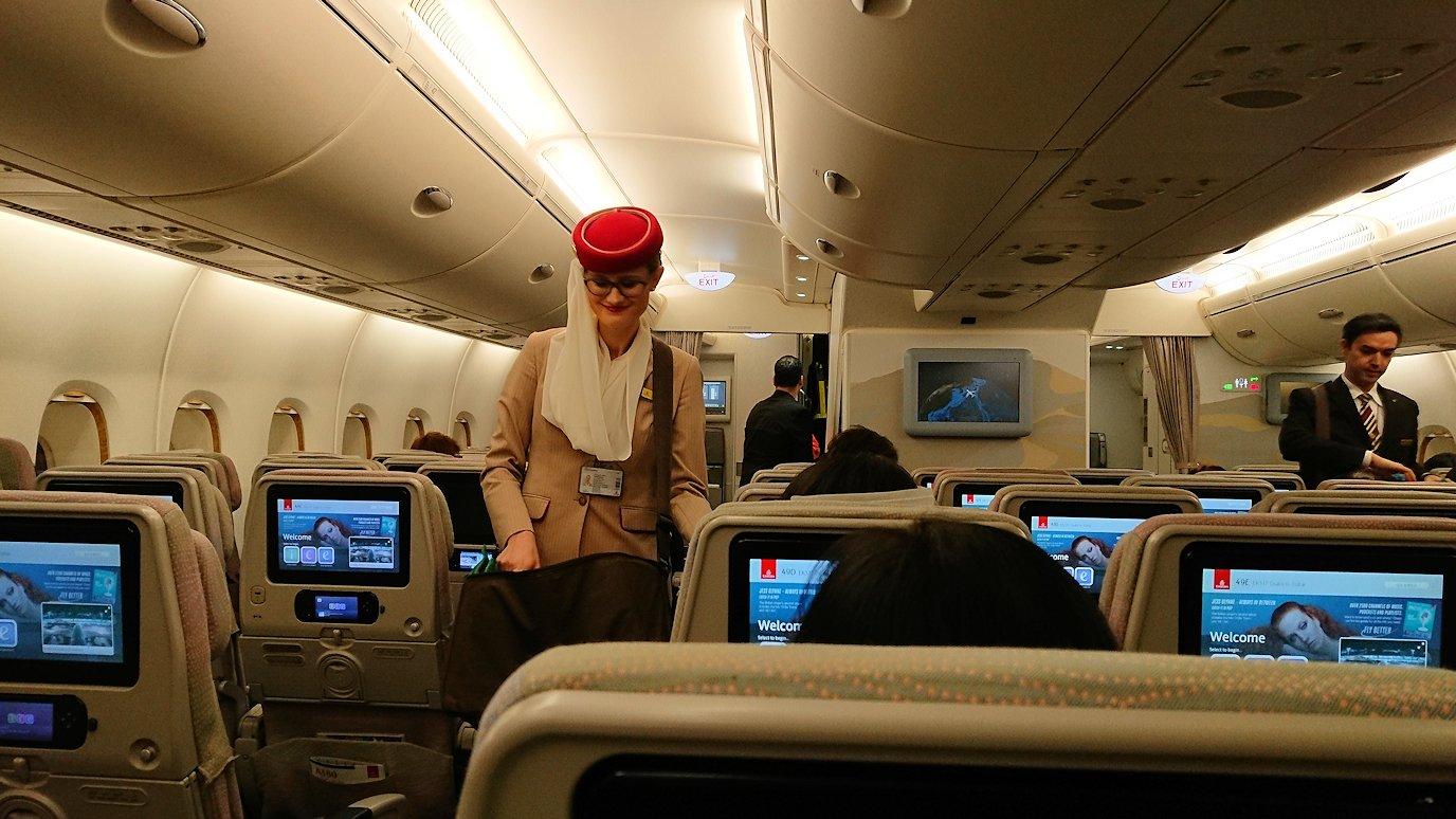 関西国際空港からのフライトでアメニティーを配るお姉さん2
