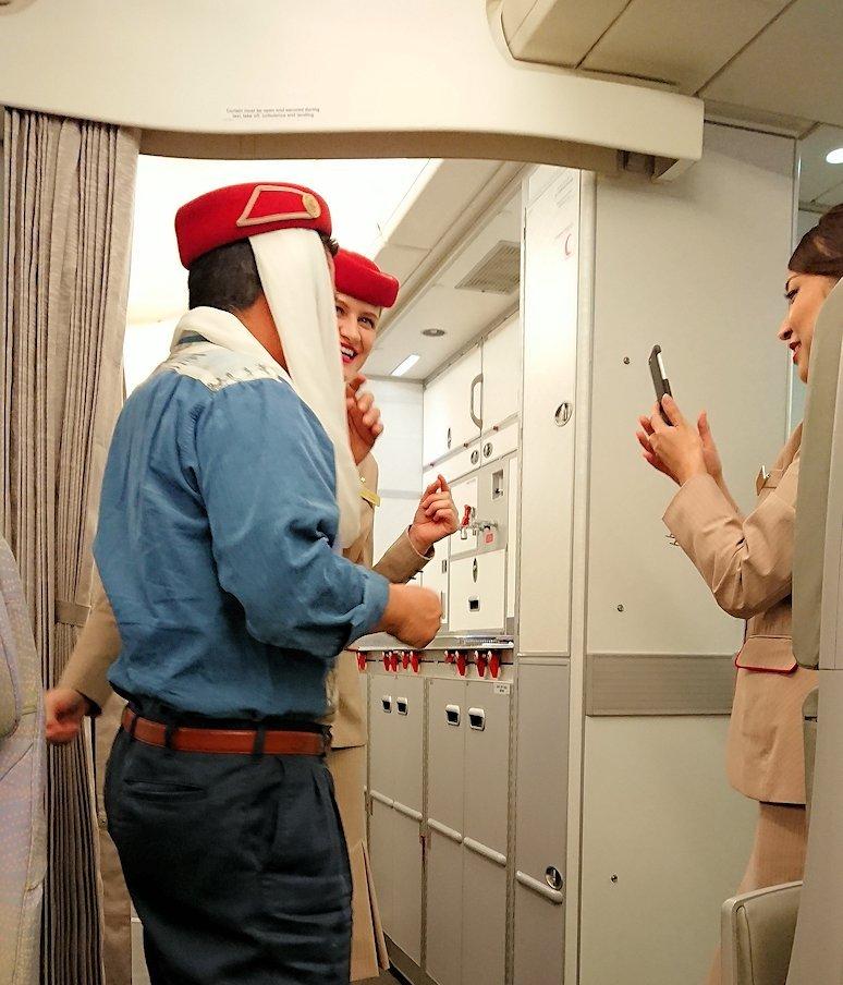 関西国際空港からのフライトで記念に写真を撮るオジサン