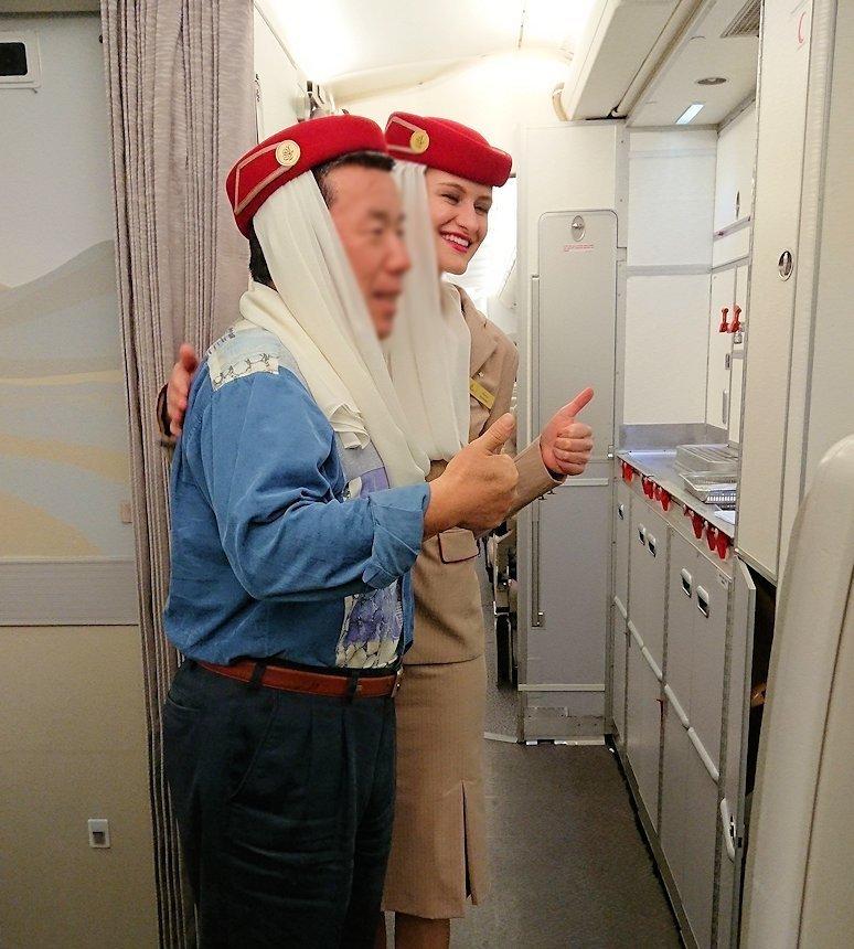 関西国際空港からのフライトで記念に写真を撮るオジサン2