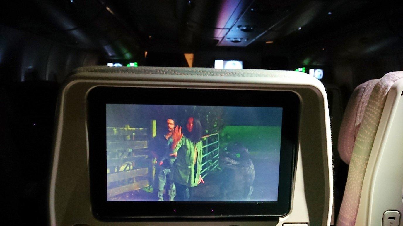 関西国際空港からのフライトで乗ったA380の機内で映画を見る