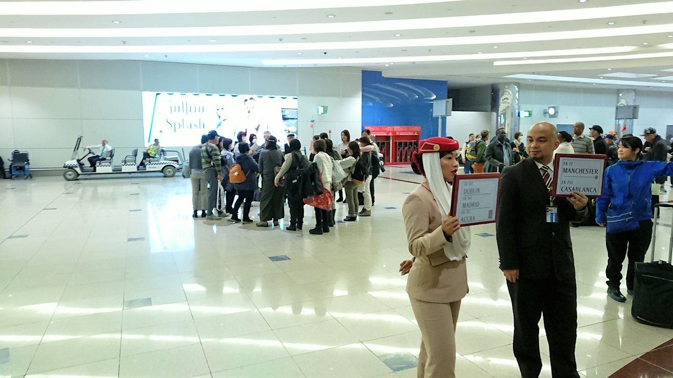 関西国際空港からのフライトでドバイ空港に到着2