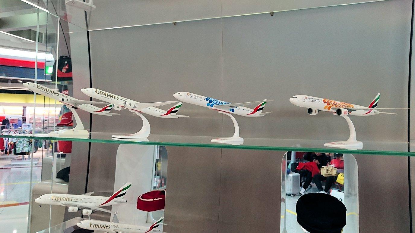 関西国際空港からのフライトでドバイ空港でエミレーツ航空グッズをちぇっく2