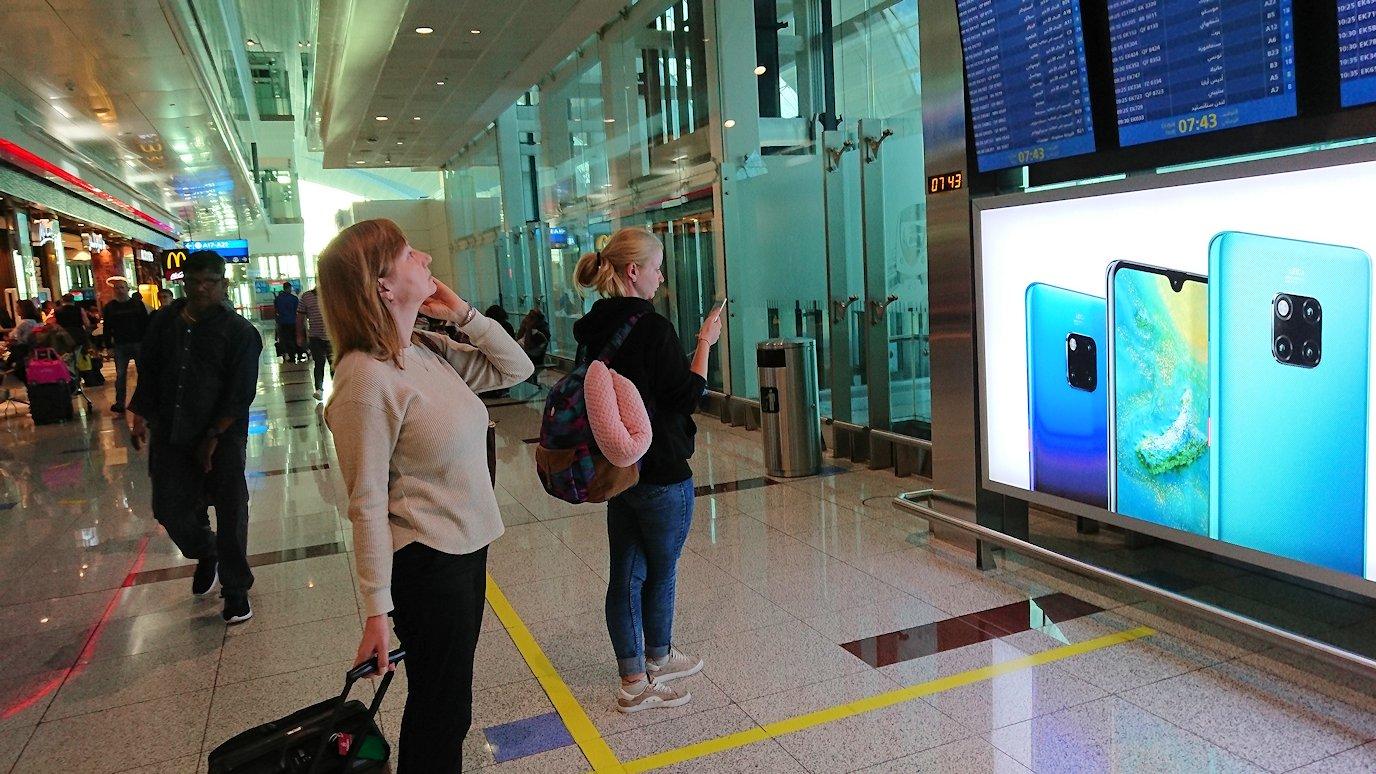 ドバイ空港内で彷徨う人々