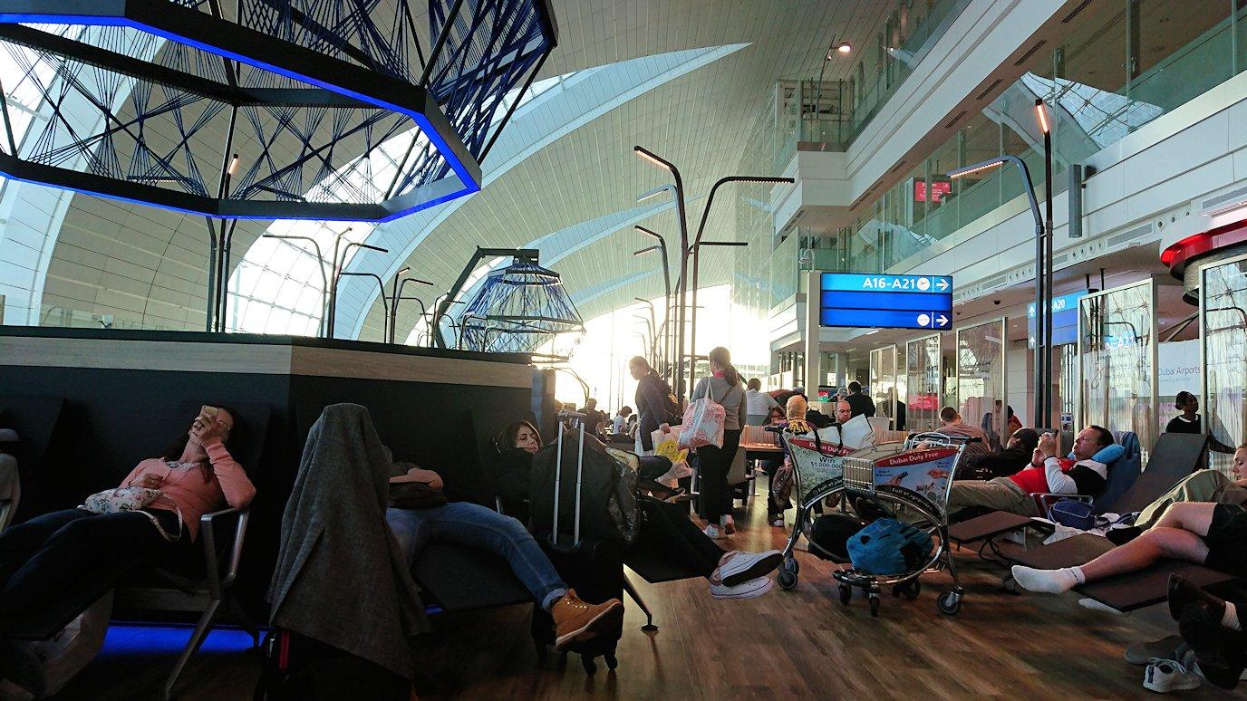ドバイ空港内で彷徨う人々が集まるベンチ