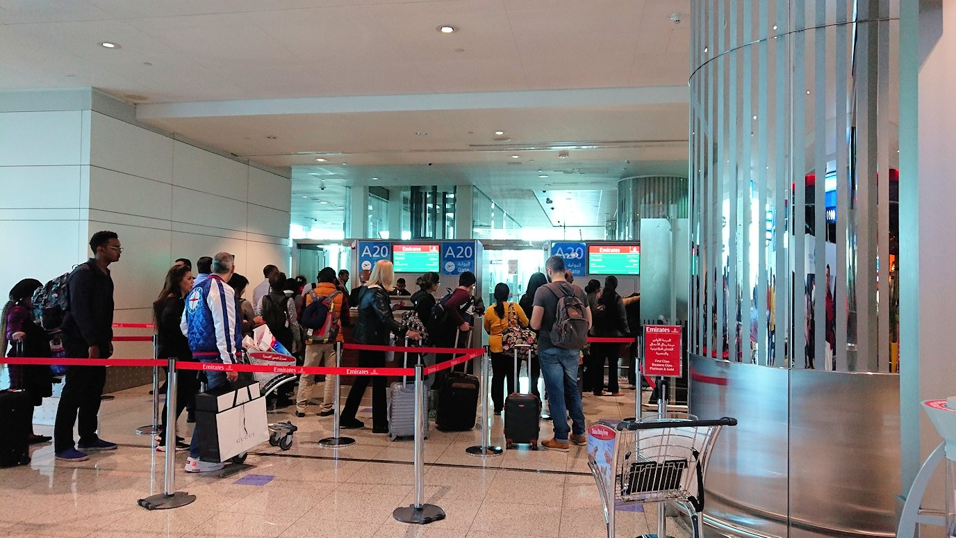 ドバイ空港で次の飛行機に搭乗開始