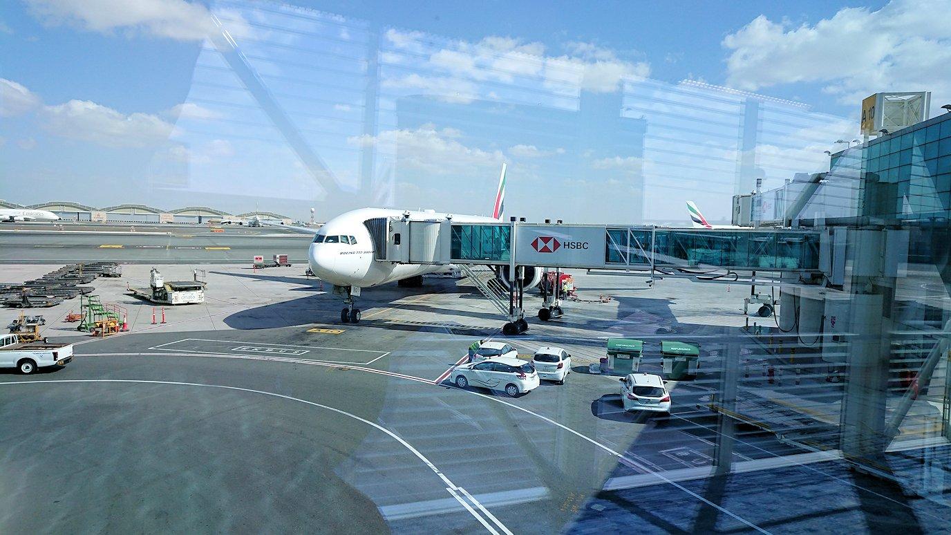 ドバイ空港で次の飛行機に搭乗開始になる2