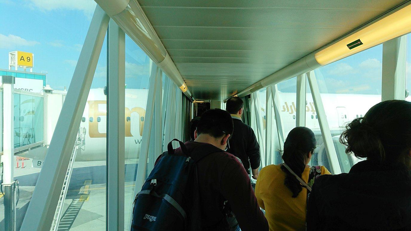 ドバイ空港で次の飛行機に搭乗していく