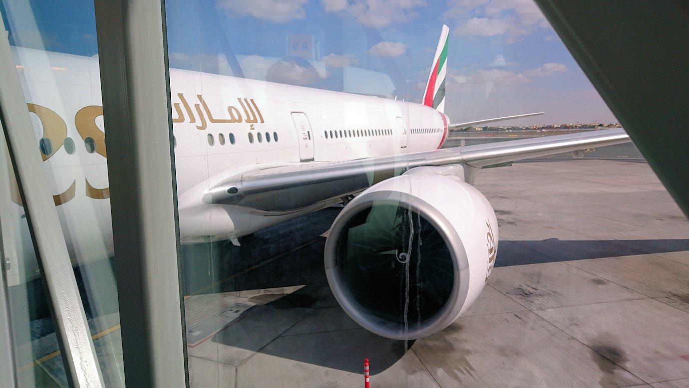 ドバイ空港で次の飛行機に搭乗していく2