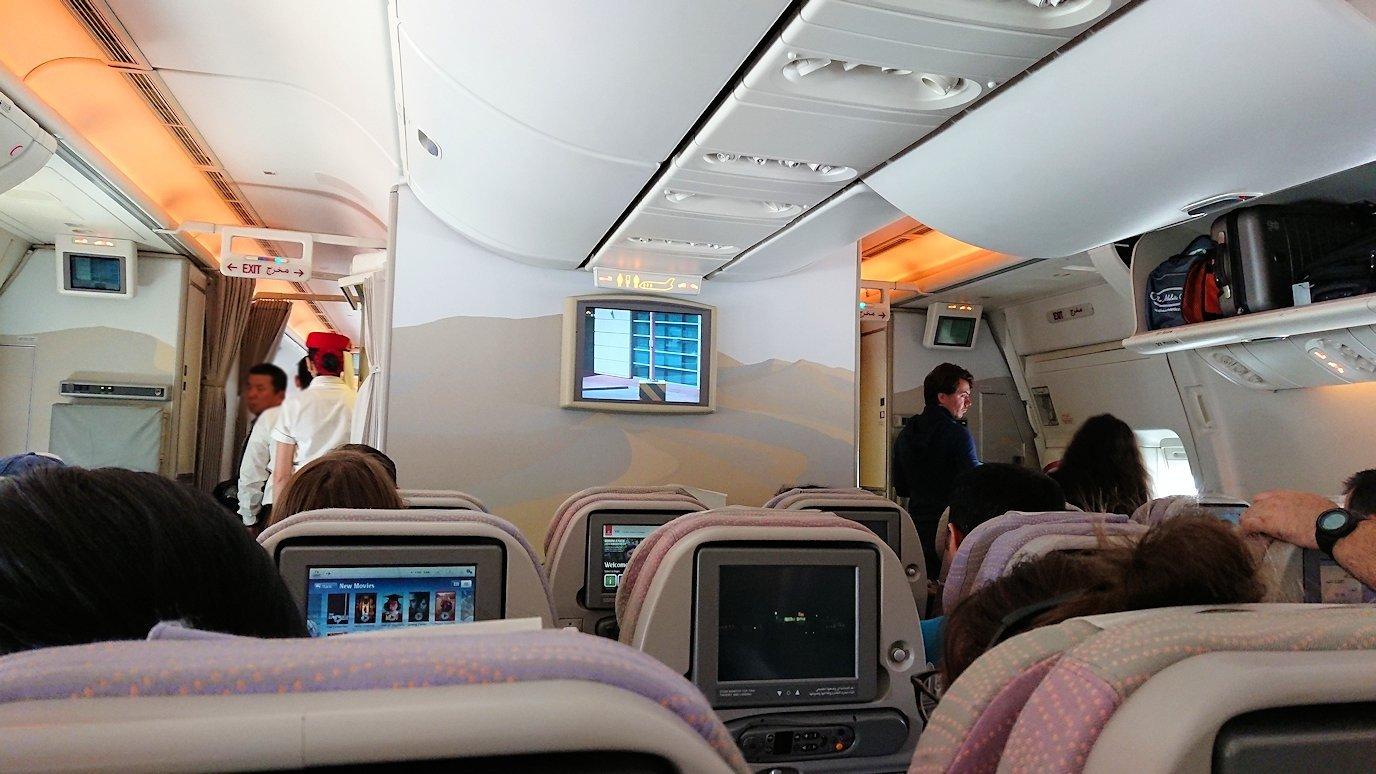 ドバイ空港で次の飛行機に搭乗