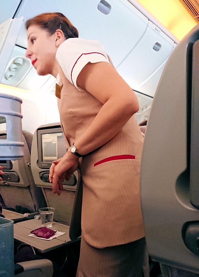 ドバイ空港で次の飛行機に搭乗した飛行機のフライトアテンダントさん