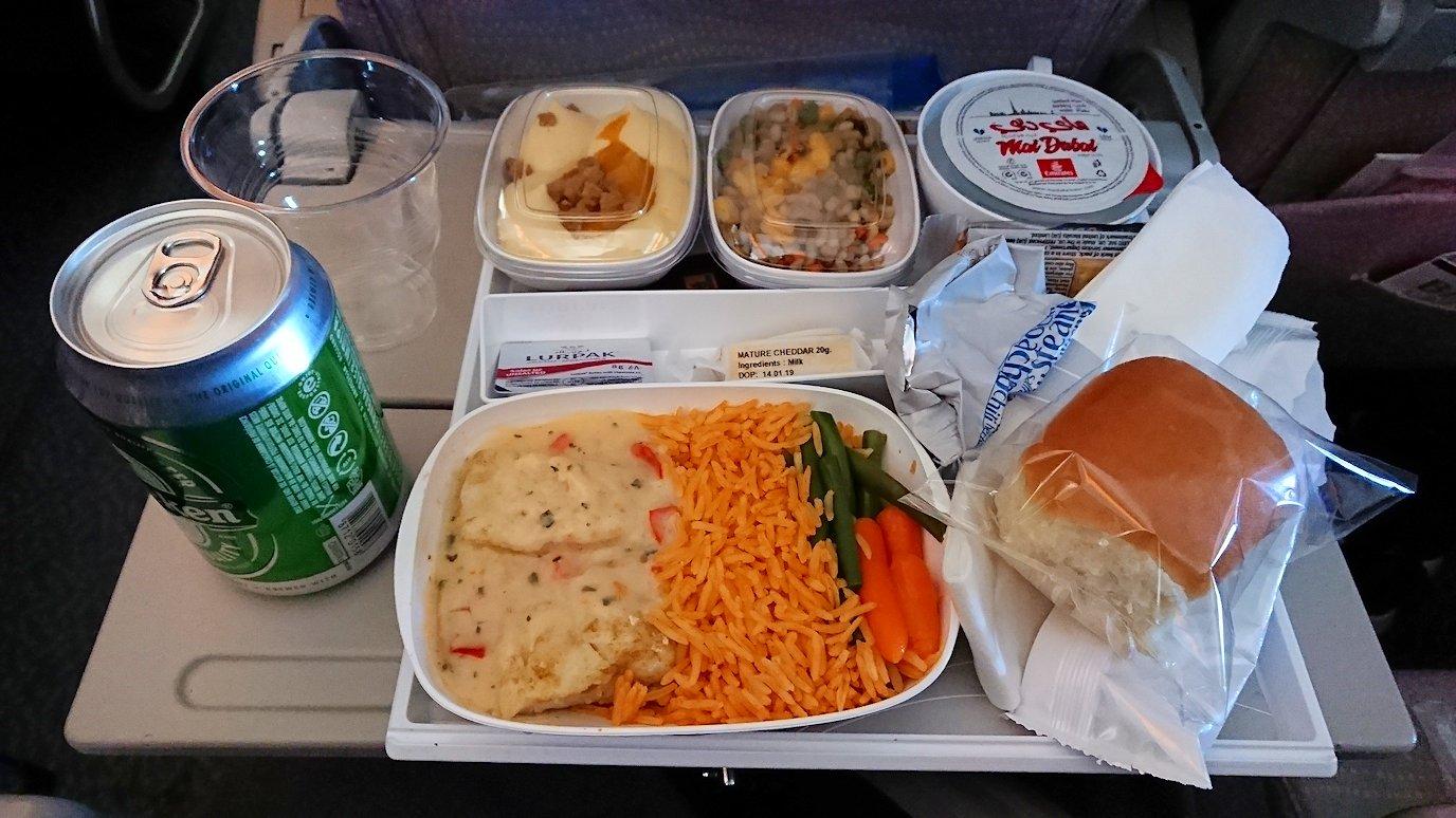 ドバイ空港で次の飛行機に搭乗した飛行機の機内食