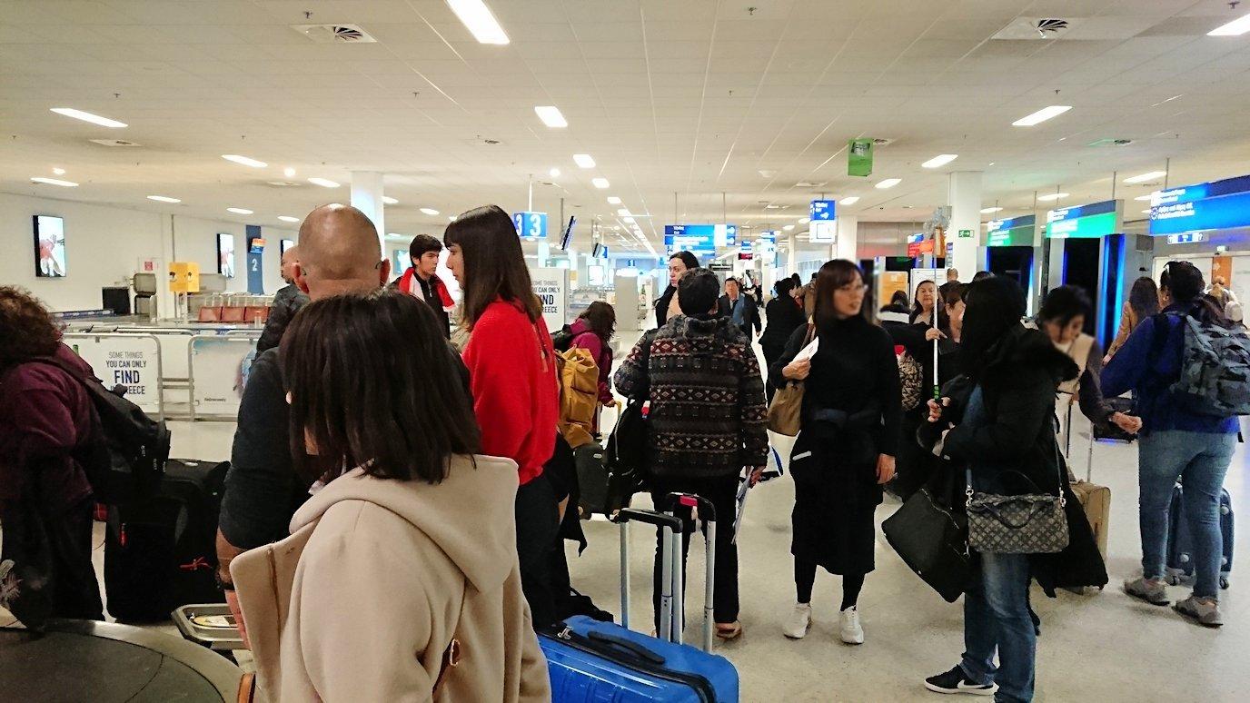 ギリシャ空港に到着し荷物を受け取る2