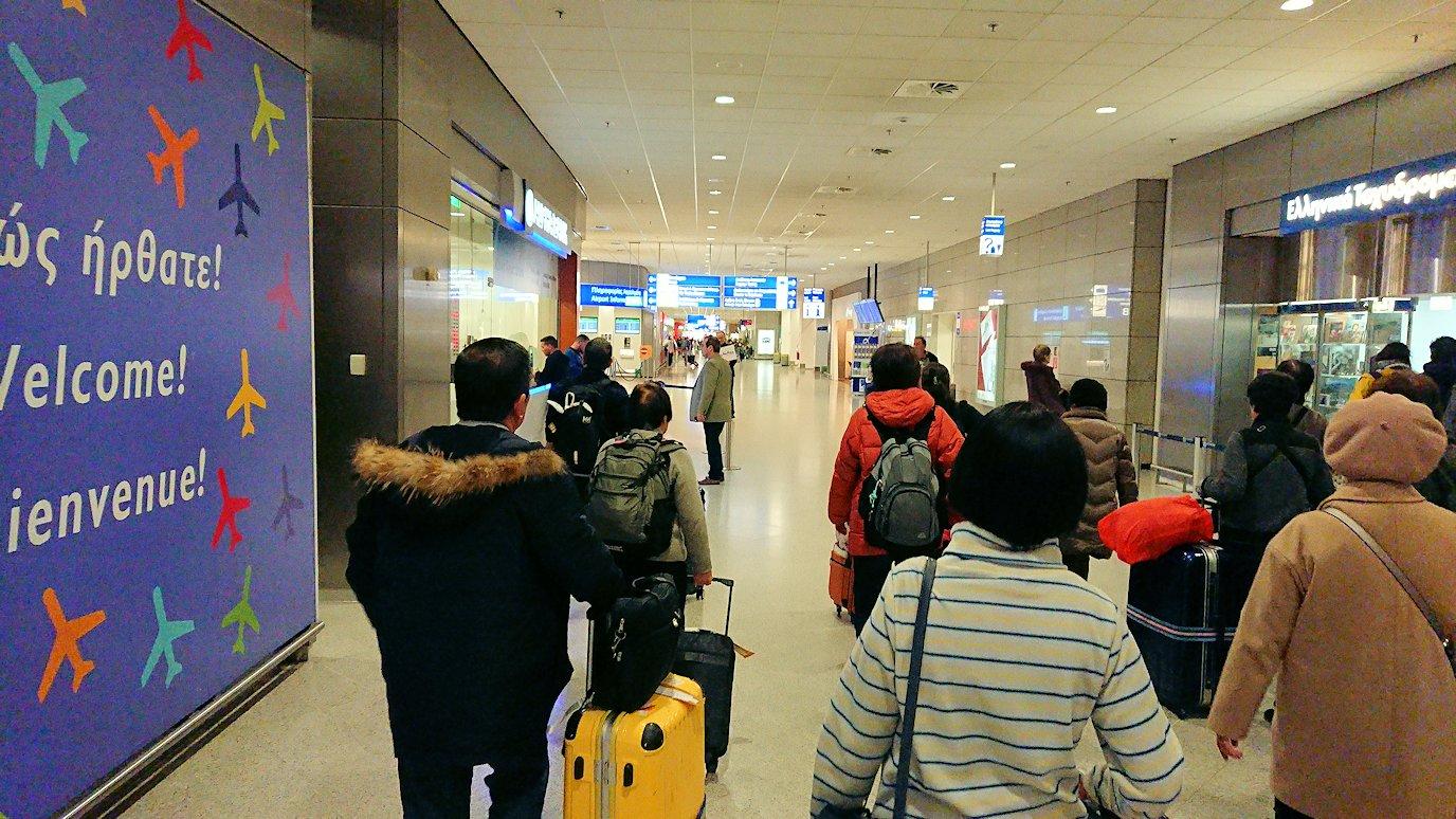 ギリシャ空港に到着し荷物を受け取り、バスに向かう