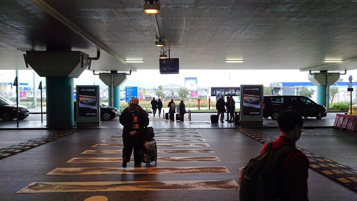 ギリシャ空港に到着し荷物を受け取り、バスに向かう2