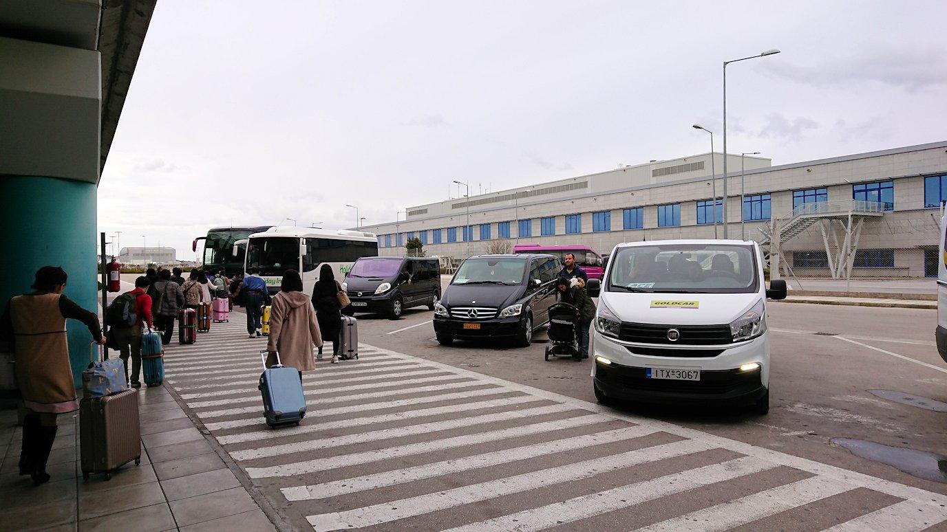 ギリシャ空港に到着し荷物を受け取り、バスに向かう3