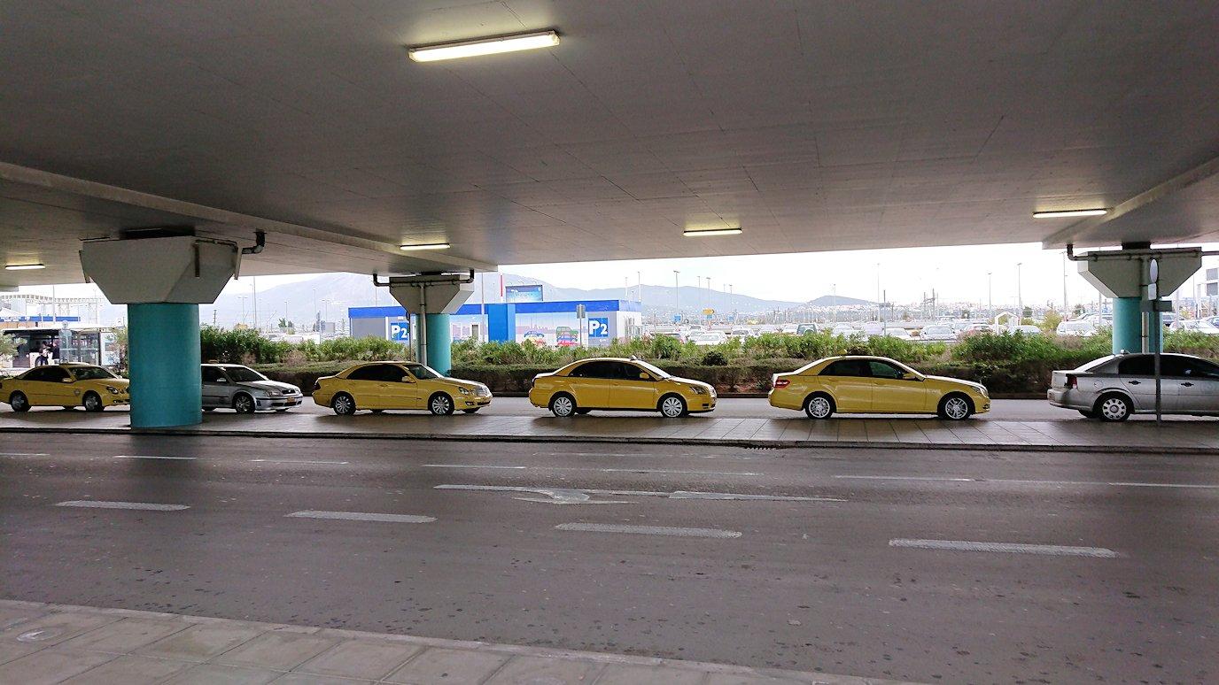 ギリシャ空港に到着し荷物を受け取り、バスに向かう4