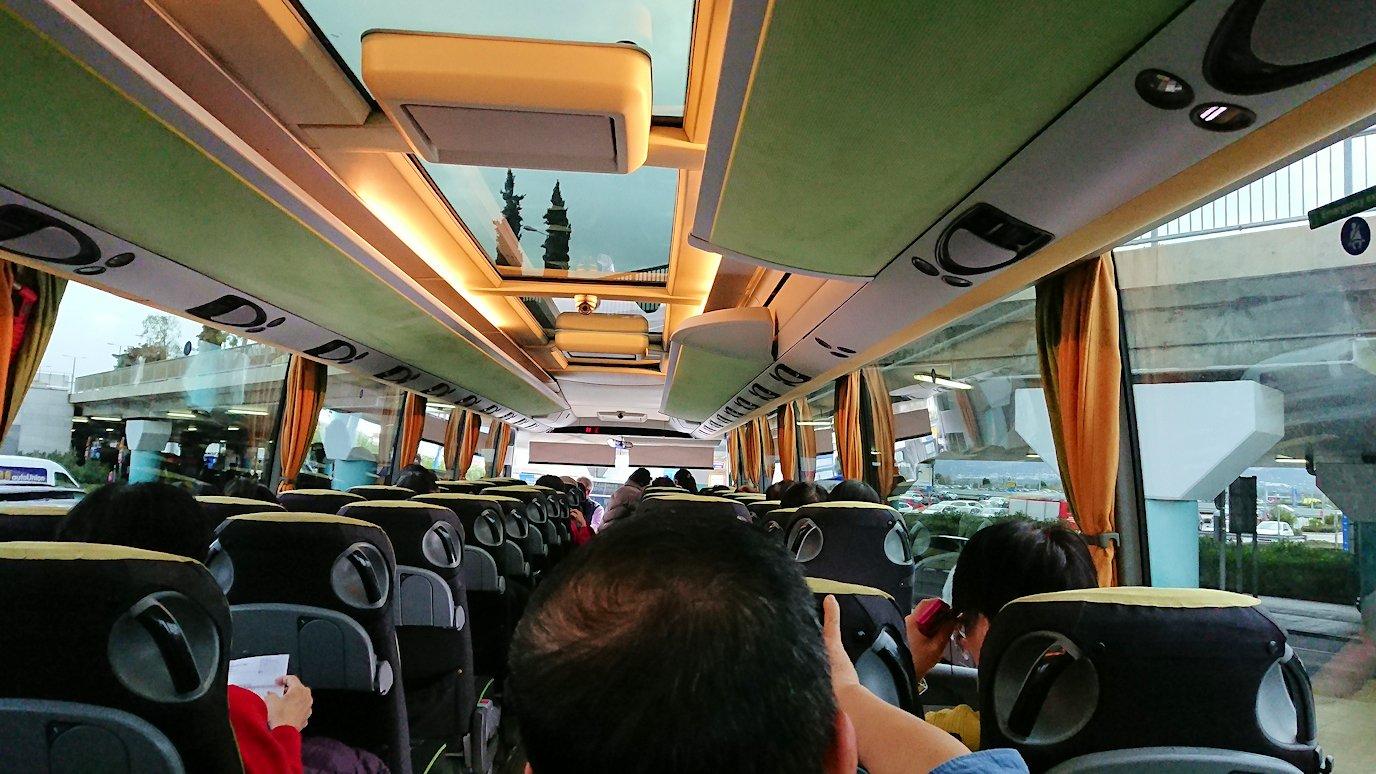 ギリシャ空港に到着し荷物を受け取り、バスに乗る